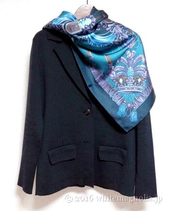 dinosボットポアラのジャケット(ダークネイビー)とブルーグレーのスカーフとのコーディネート