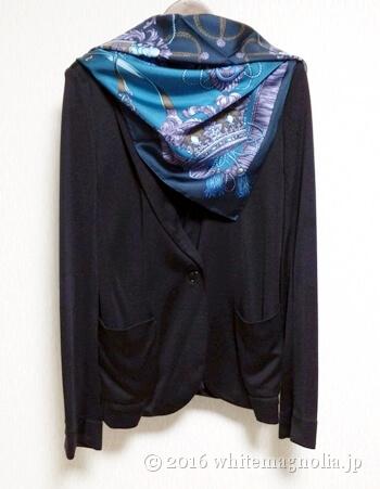 dinosシルクスムースジャケット(黒)とブルーグレーのスカーフとのコーディネート
