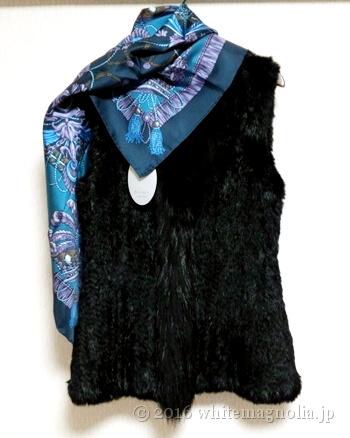 dinosファーベスト(黒)とブルーグレーのスカーフとのコーディネート