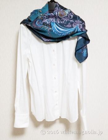 dinosコットンナイロン混ストレッチシャツ(白)とブルーグレーのスカーフとのコーディネート