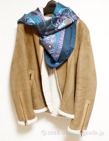 ムートン(キャメル)とブルーグレーのスカーフとのコーディネート