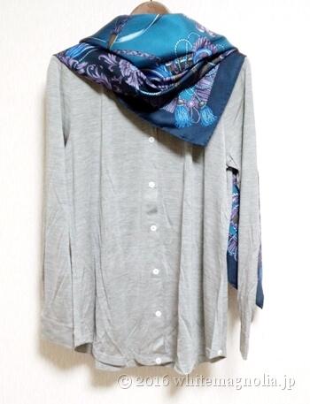 dinosシルクジャージーシャツ(グレー)とブルーグレーのスカーフとのコーディネート