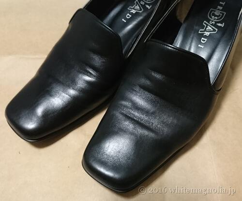靴墨を塗った黒パンプスをブラッシングした後