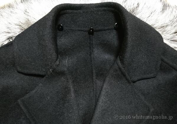 スチームアイロンを掛けてシワが取れたコートの襟