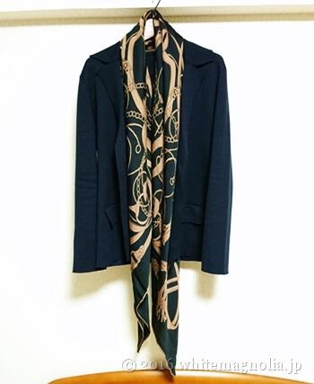 dinosシルクサテンシフォン ベルト柄スカーフのコーデ1