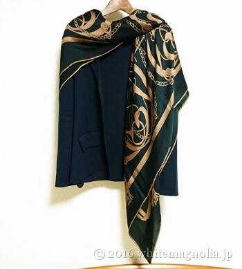 dinosシルクサテンシフォン ベルト柄スカーフのコーデ3