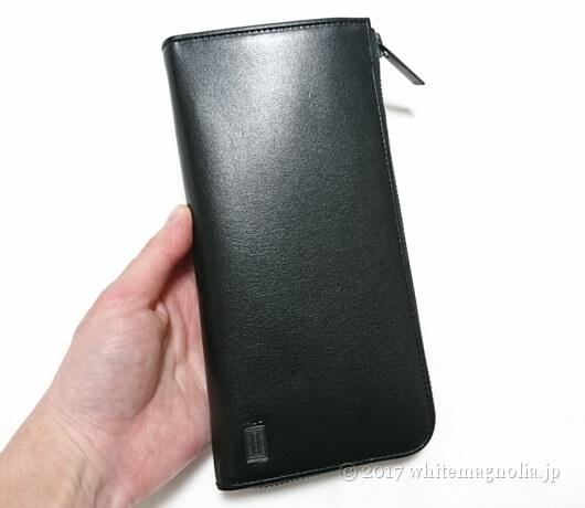 PORTERの長財布(PLUME WALLET 179-03866)を手に持ったところ